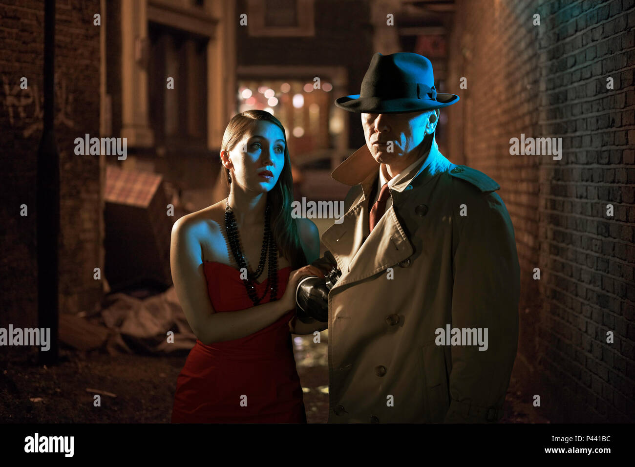 Private detective and woman in an alleyway - Stock Image