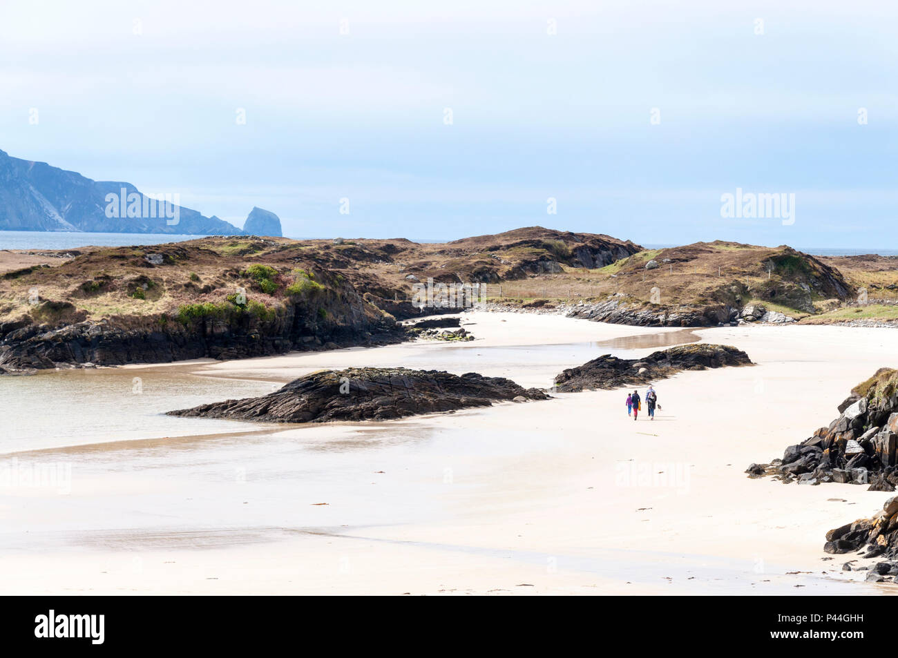 Family walking on beach at Rosbeg, County Donegal, Ireland - Stock Image