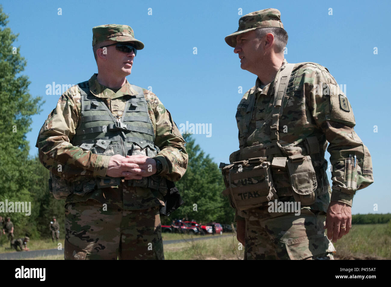 30th Medical Brigade hosts Brig. Gen. Greg Mosser, 364th Expeditionary Sustainment Command's Commanding General, on the drop zone in Torun, Poland for the Swift Response 16 airborne jump. U.S., Polish, and U.K. forces jumped into the drop zone on June 7 with medical coverage provided by 30th MB, Polish 1st Army Field Hospital, 10th Military Hospital, and U.K. 16th Medical Regiment. (U.S. Army photo by Capt. Jeku Arce, 30th Medical Brigade) - Stock Image
