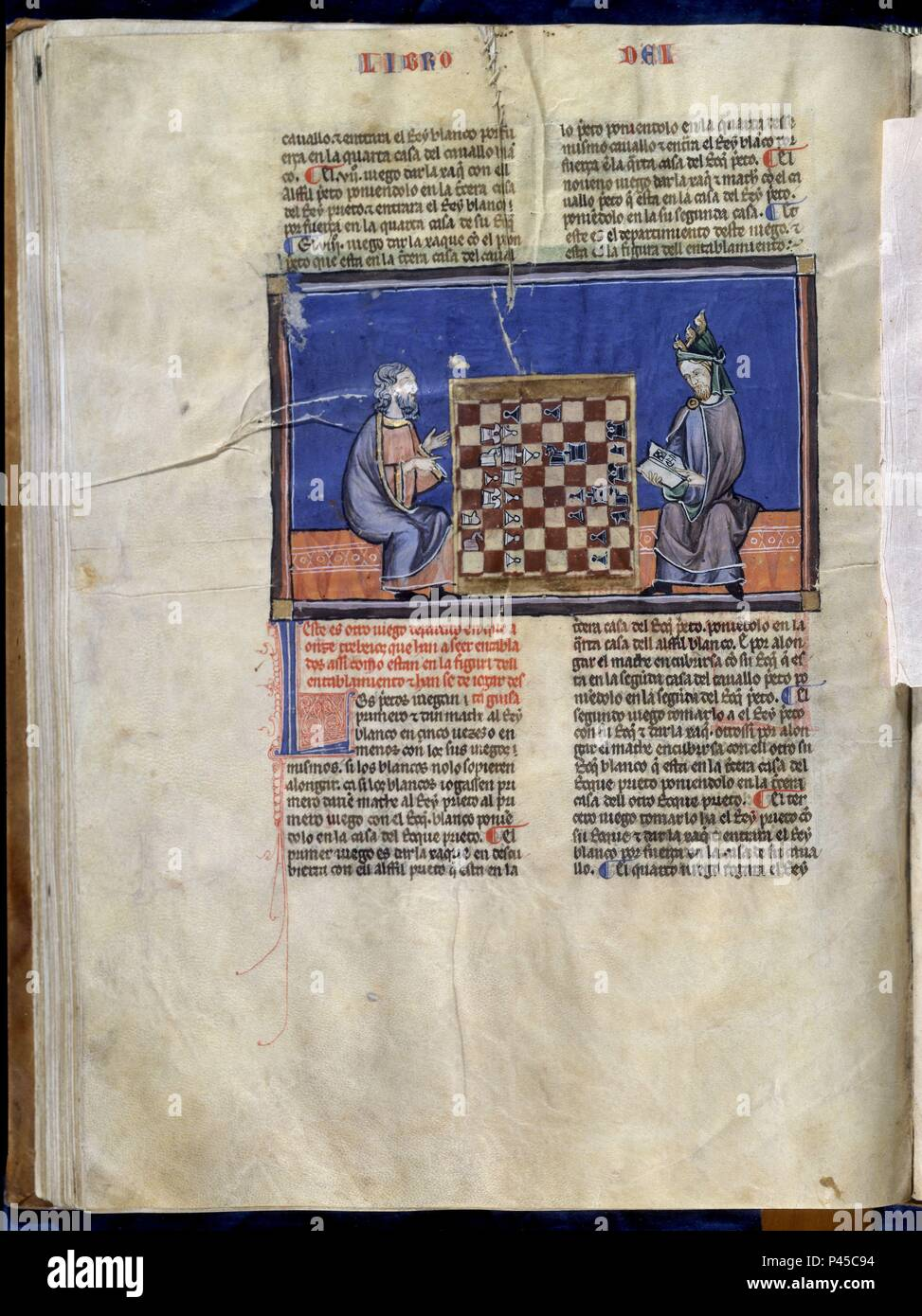 LIBRO DE JUEGOS O LIBRO DEL AJEDREZ DADOS Y TABLAS - 1283 - FOLIO 61V - DOS HOMBRES JUGANDO AL AJEDREZ -  MANUSCRITO GOTICO. Author: Alfonso X of Castile the Wise (1221-1284). Location: MONASTERIO-BIBLIOTECA-COLECCION, SAN LORENZO DEL ESCORIAL, MADRID, SPAIN. Stock Photo