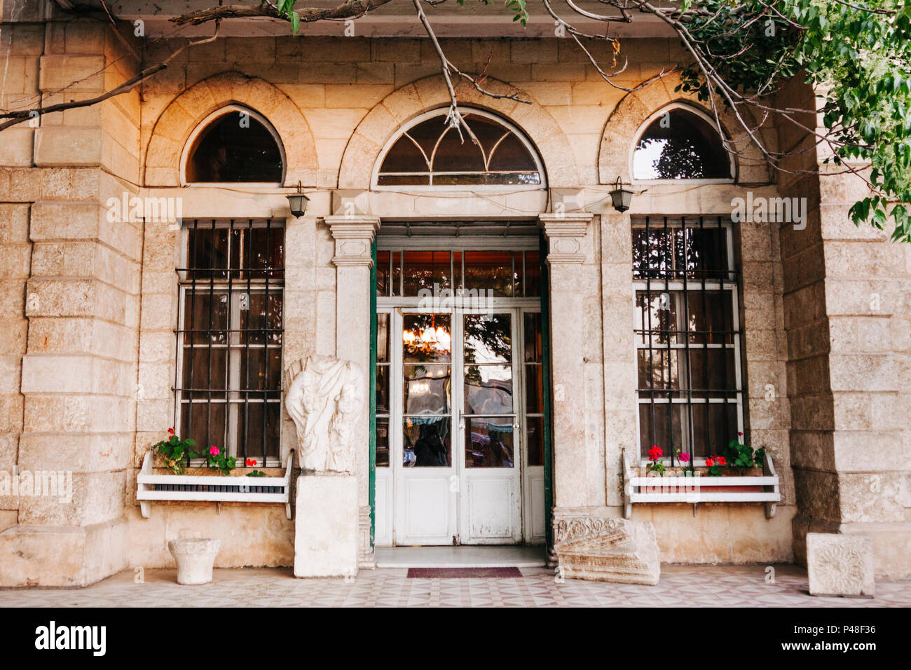 Baalbek, Lebanon : Front door of the Palmyra Hotel opposite the Roman ruins of Baalbek in the Beqaa Valley. Continously open since it was inaugurated  - Stock Image