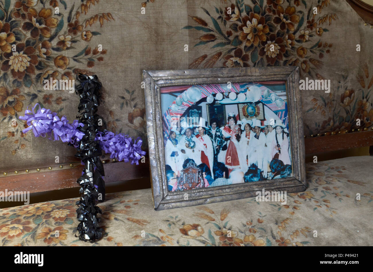 POTOSÍ, BOLÍVIA - 01.11.2014: DIA DOS FINADOS EM POTOSÍ - Crucifixo nas cores preto e lilás na cidade de Potosí, Bolívia. As cores preta e lilás são as cores que representam os mortos no dia de los muertos (dia de finados) segundo as tradições dos povos andinos. (Foto: Diego Herculano / Fotoarena) - Stock Image
