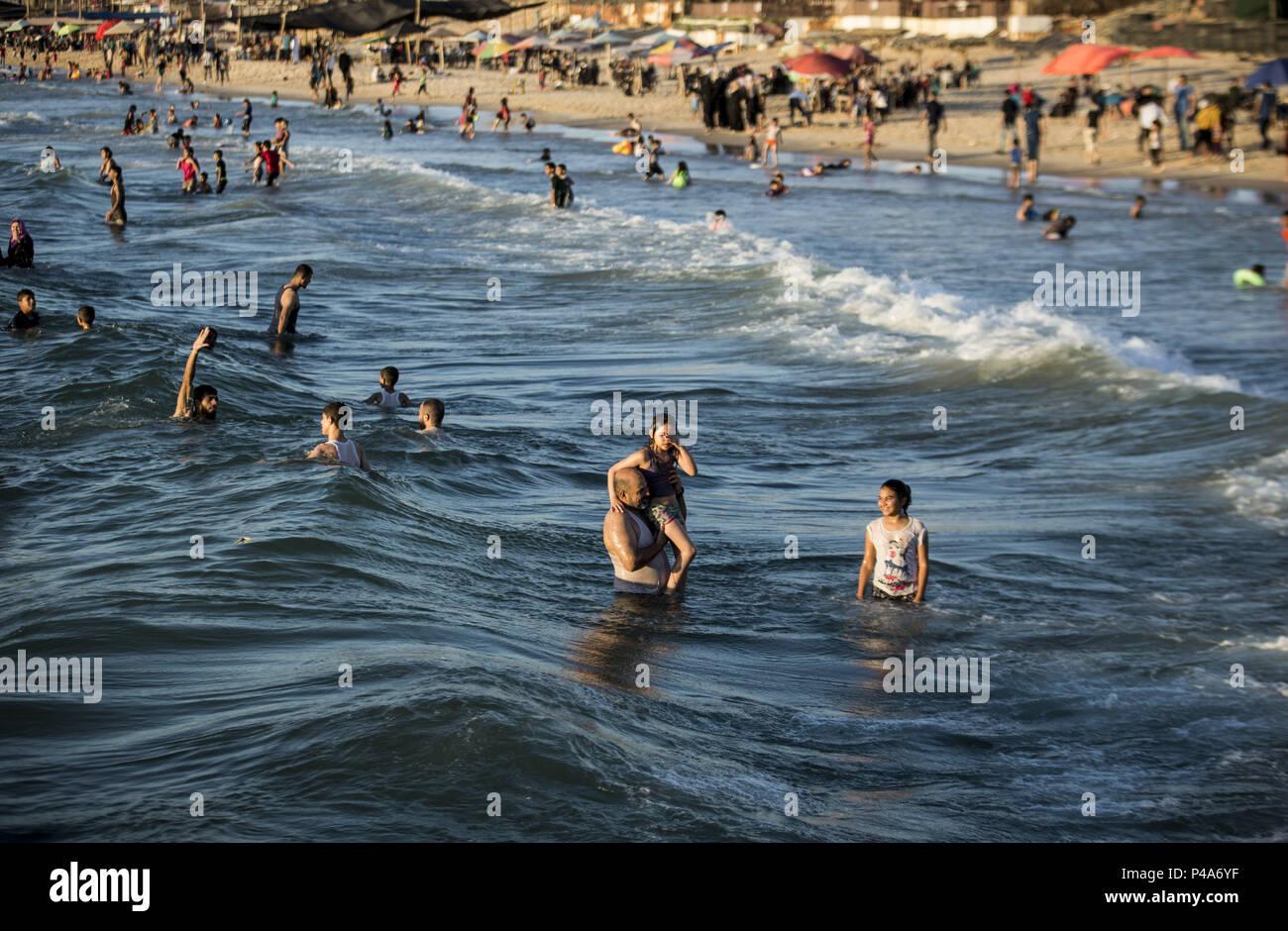 Gaza City, The Gaza Strip, Palestine. 20th June, 2018. Palestinians ...