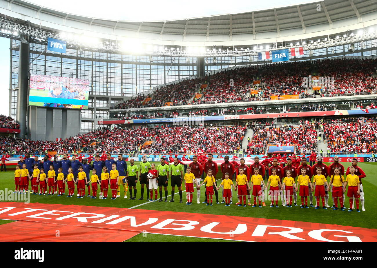 Yekaterinburg, Russia. 21st June, 2018. YEKATERINBURG, RUSSIA - JUNE 21, 2018: Players of France and Peru ahead of their 2018 FIFA World Cup Group C Round 2 football match at Yekaterinburg Arena. Valery Sharifulin/TASS Credit: ITAR-TASS News Agency/Alamy Live News Stock Photo