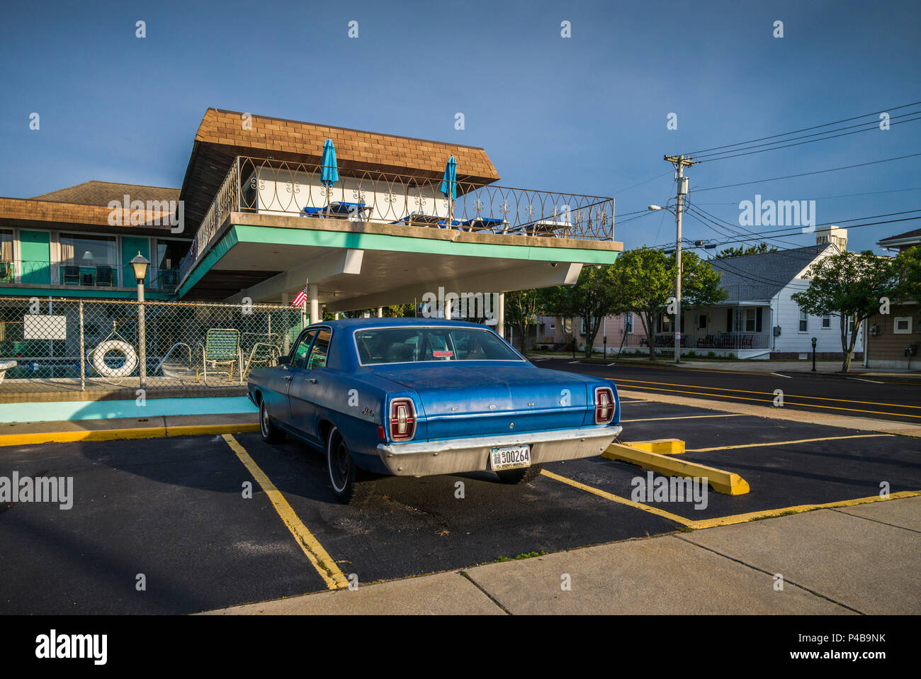USA, New Jersey, The Jersey Shore, Wildwoods, 1950s-era Doo-Wop architecture, motel and old car - Stock Image