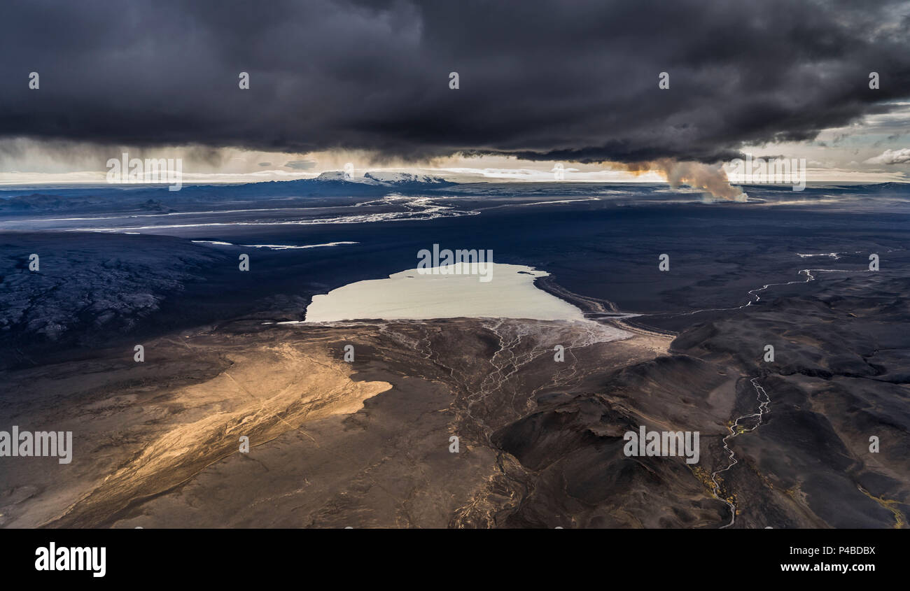 Lake Dyngjuvatn with the Holuhraun Eruption, by Bardarbunga Volcano, Iceland. August 29, 2014 a fissure eruption started in Holuhraun at the northern end of a magma intrusion, which had moved progressively north, from the Bardarbunga volcano. - Stock Image