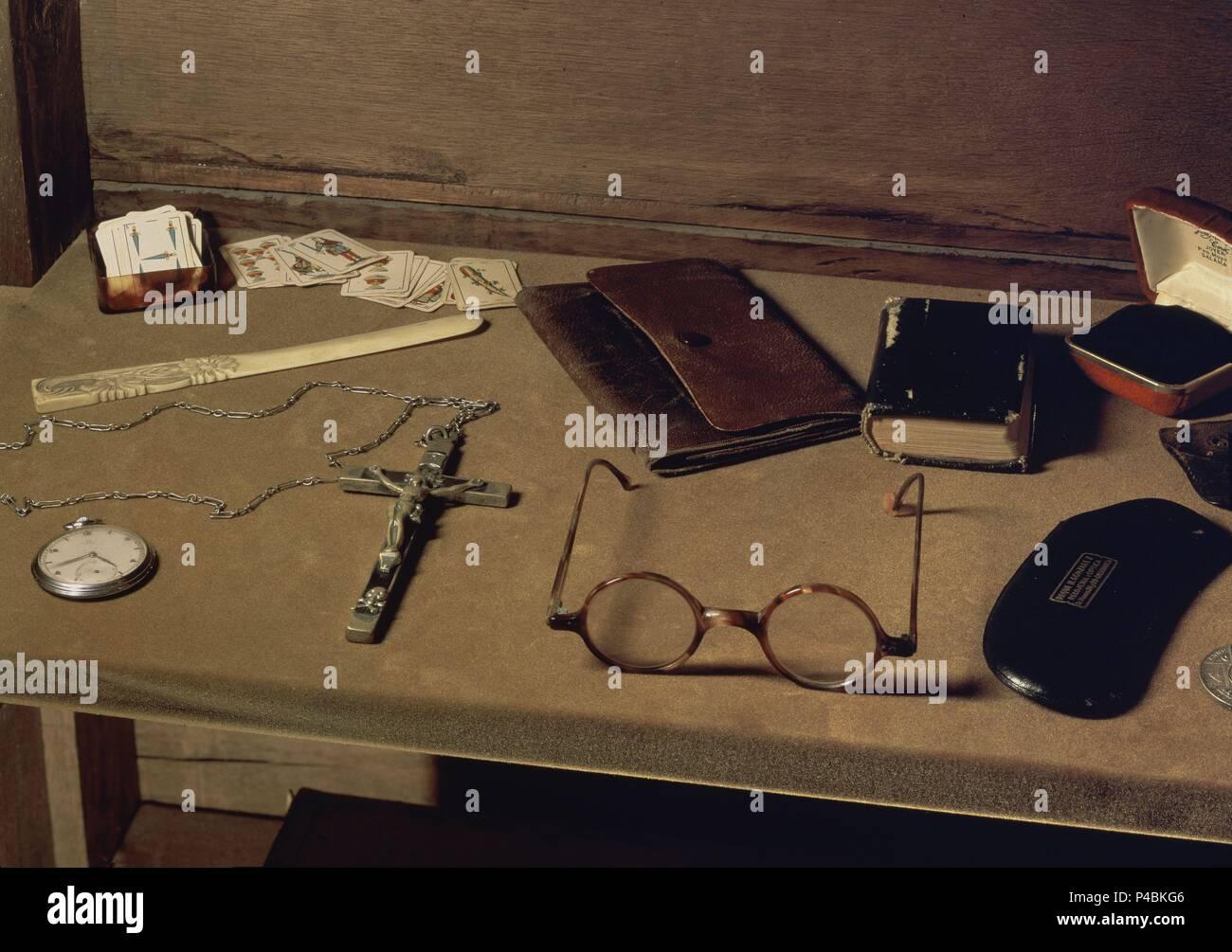 BIBLIOTECA - ENSERES PERSONALES DE UNAMUNO - CARTERA, GAFAS, RELOJ. Location: CASA MUSEO UNAMUNO, SALAMANCA, SPAIN. - Stock Image