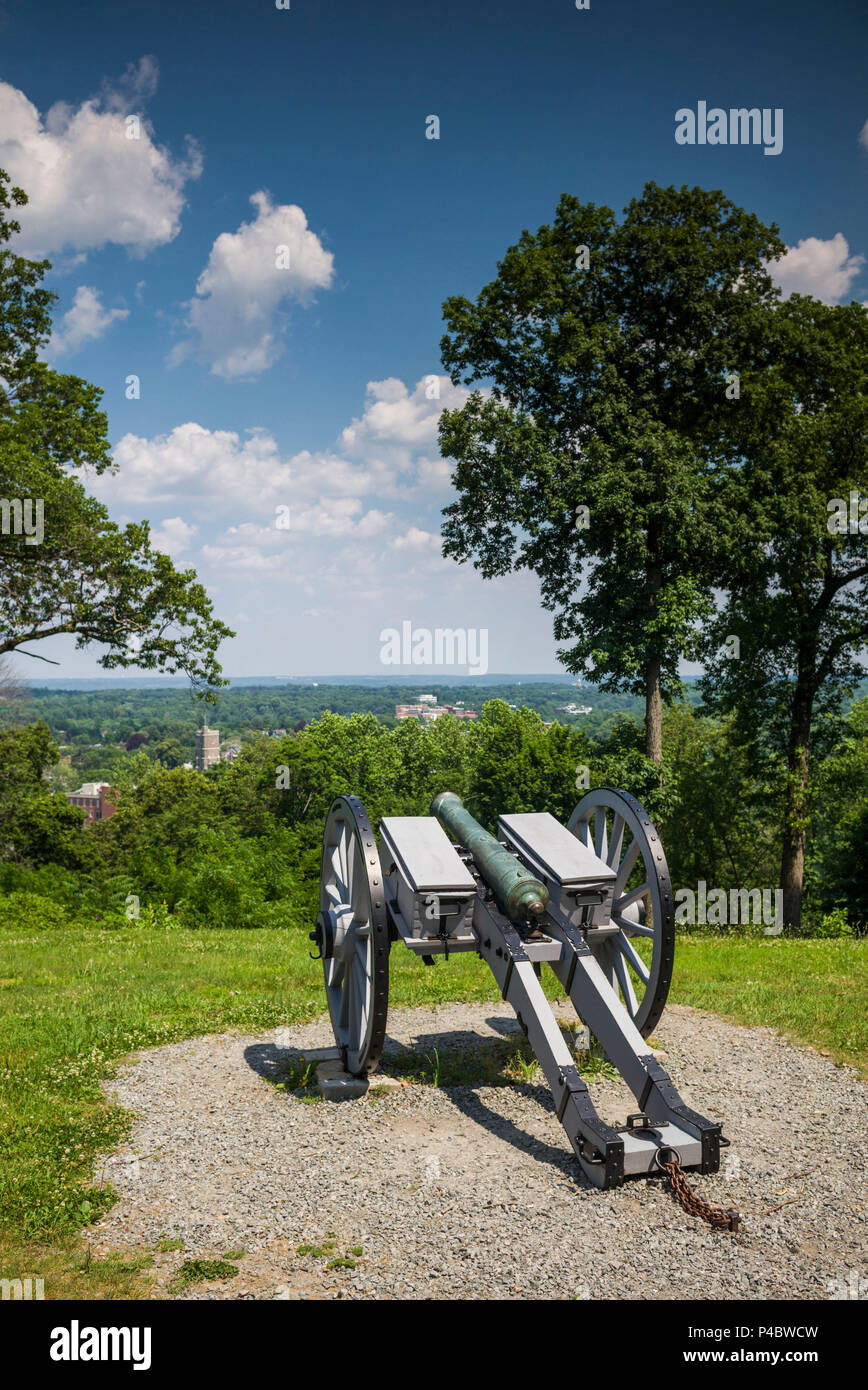 USA, New Jersey, Morristown, Morristown National Historical Park, Fort Nonsense, site of fort during the American Revolutionary War, cannon - Stock Image