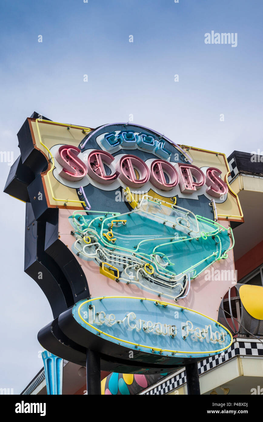 USA, New Jersey, The Jersey Shore, Wildwoods, 1950s-era Doo-Wop architecture, Cool Scoops Ice Cream Parlor, neon sign Stock Photo