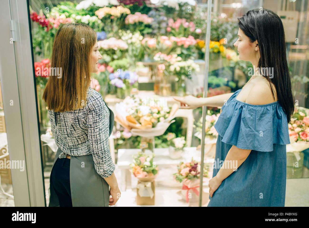 Female customer and florist chooses flowers - Stock Image