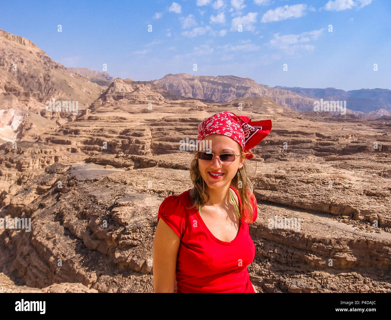 woman at the spectacular gorge of Colored Canyon, near Mount Sinai and Nuweiba, Sinai Peninsula in Egypt. - Stock Image