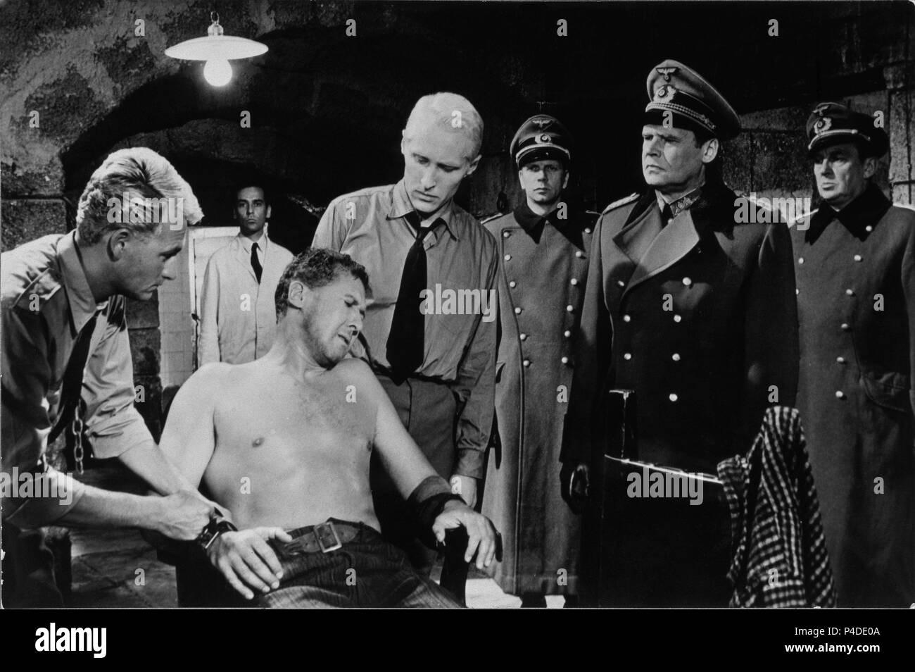 ESCENA DE LA PELICULA 'LOS CAÑONES DE NAVARONE' - 1961 - GREGORY PECK Y ANTHONY QUINN (EEUU). Author: THOMPSON, J. LEE. - Stock Image