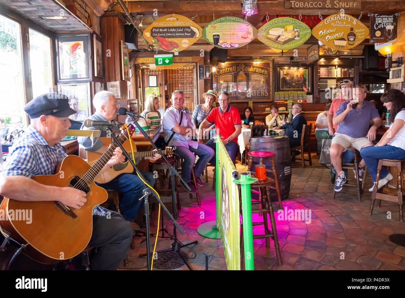 Live music in Oliver St John Gogartys traditional Irish Bar, Anglesea Street,Temple Bar, Dublin, Leinster Province, Republic of Ireland - Stock Image
