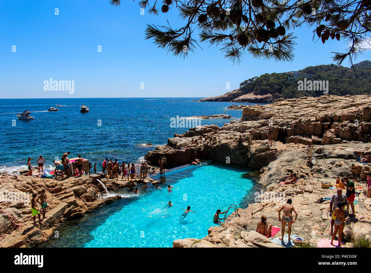 Girona spain august 13 2016 tourists bathing in a for Piscina natural costa brava