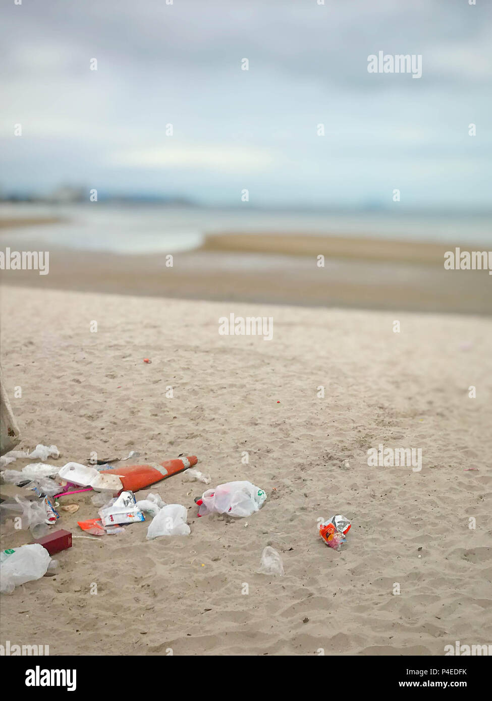 Garbage on the beach, Dirty beach on blue sky - Stock Image