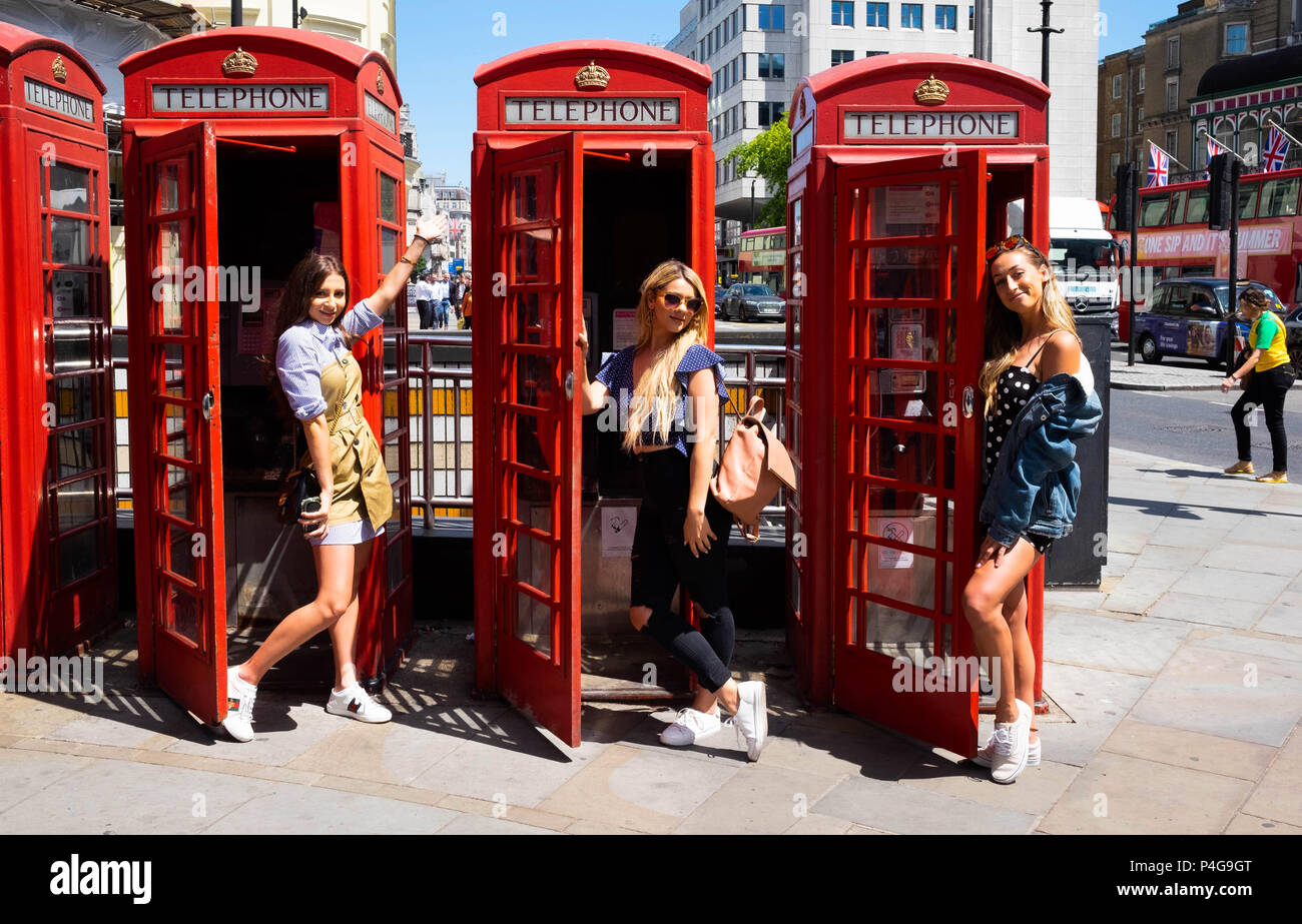 London, England. 22nd June 2018. Nicol 27, Daniela 27 and Florentina 28, enjoying London in the sunshine. They are visiting England on a trip from Arizona. ©Tim Ring/Alamy Live News - Stock Image