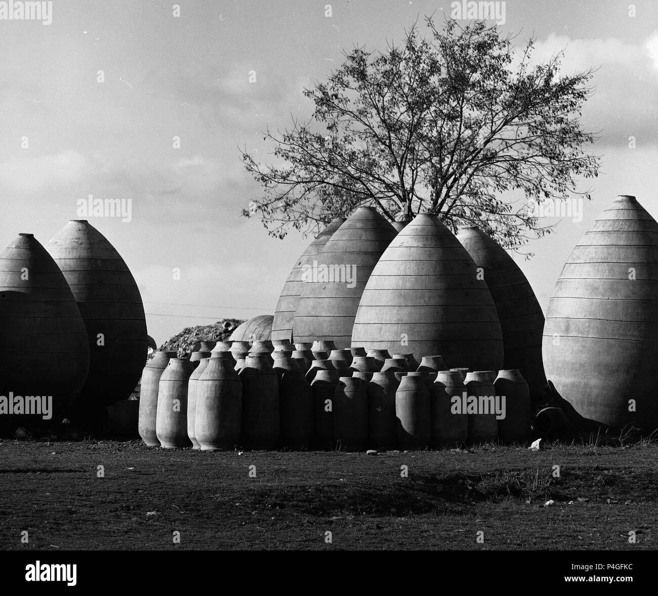 TINAJAS - FOTOGRAFIA EN BLANCO Y NEGRO - AÑOS 60. Location: ALFARERIA, SPAIN. - Stock Image