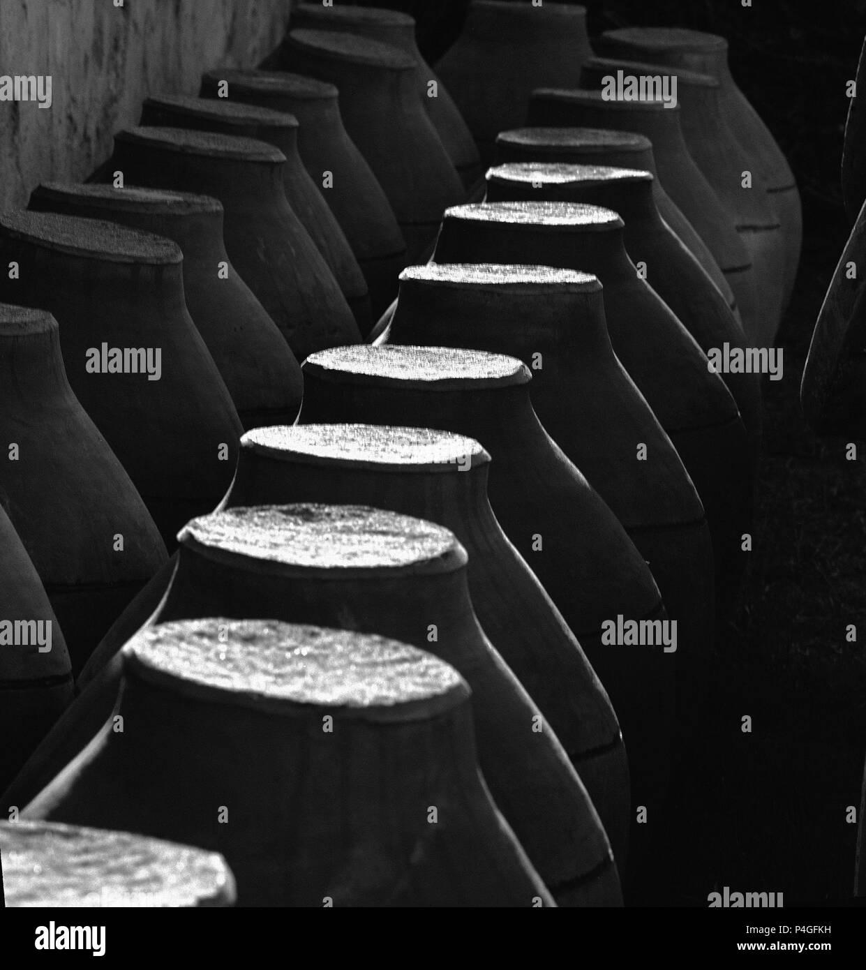 TINAJAS PUESTAS BOCA ABAJO - FOTOGRAFIA EN BLANCO Y NEGRO - AÑOS 60. Location: ALFARERIA, SPAIN. - Stock Image
