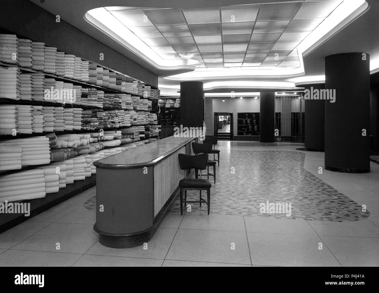 INTERIOR DE LA TIENDA DE TELAS SEDERIAS ARELLANO - FOTOGRAFIA EN BLANCO Y NEGRO - AÑOS 50. Location: SEDERIAS ARELLANO, SPAIN. - Stock Image