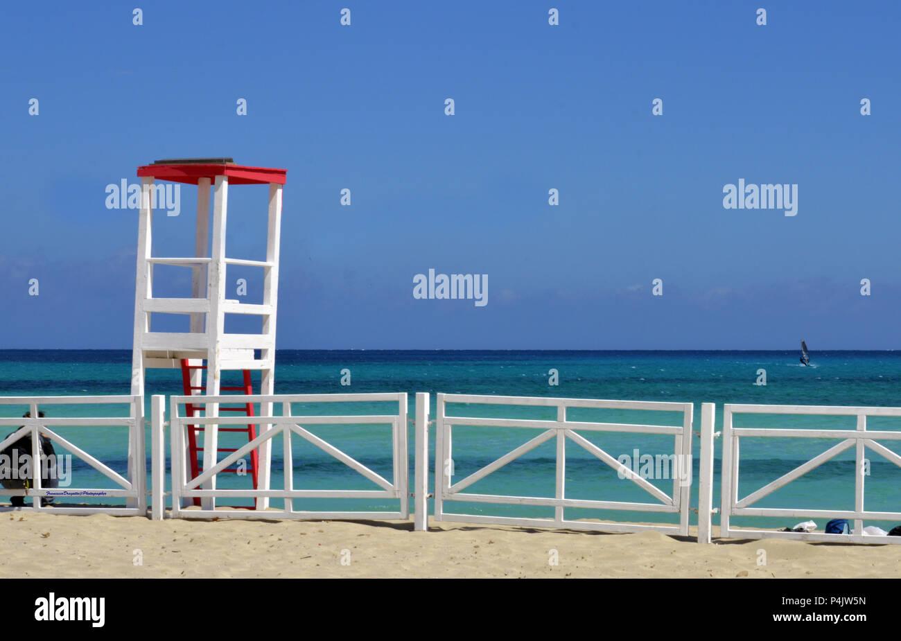 Torretta di avvistamento per bagnino sulla spiaggia di Mondello. Stock Photo