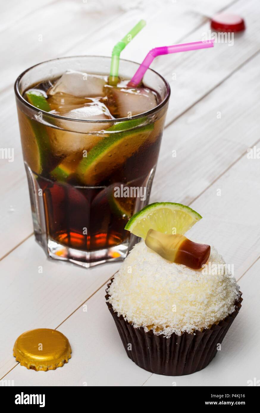 A Cuba Libre cupcake and the cocktail of the same name - Stock Image