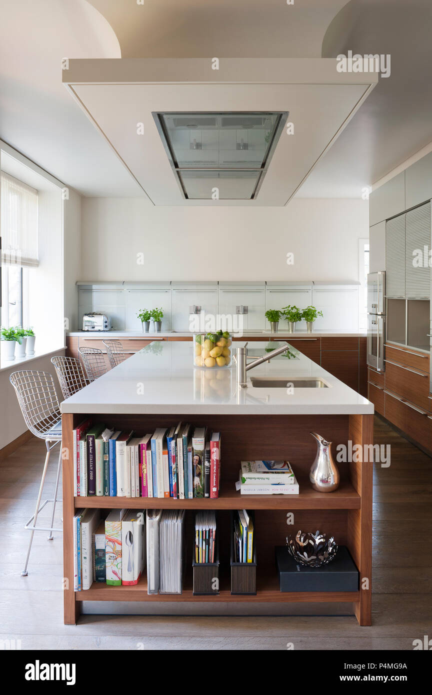 Modern kitchen with recessed bookcase - Stock Image