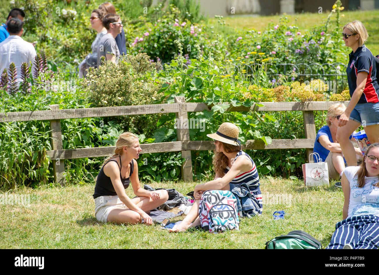 Brighton UK 23rd June 2018 - Pavilion Gardens is packed in Brighton as visitors enjoy the sunshine with temperatures set to soar throughout Britain over the next few days Credit: Simon Dack/Alamy Live News - Stock Image