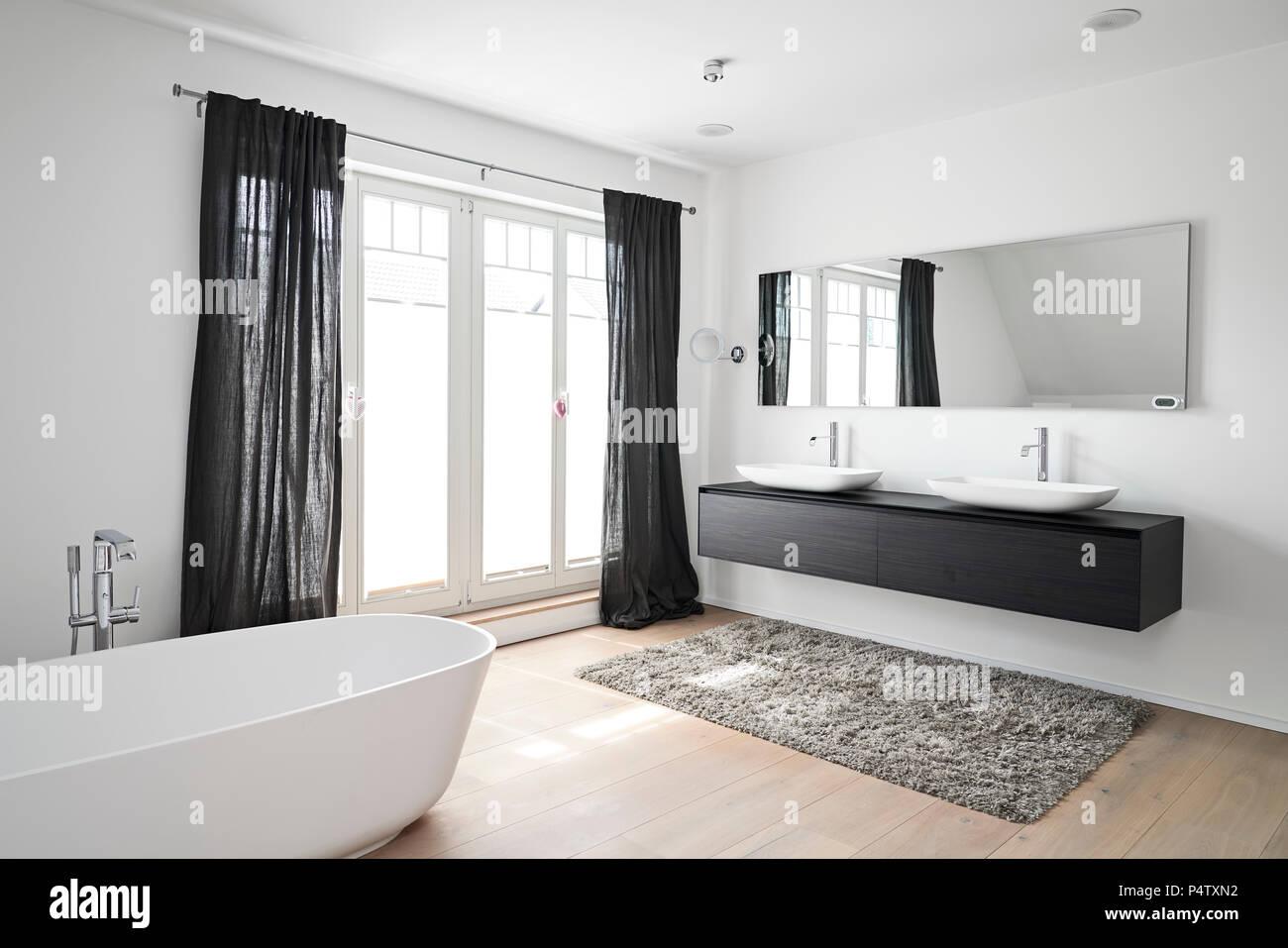 Spacious modern bathroom - Stock Image