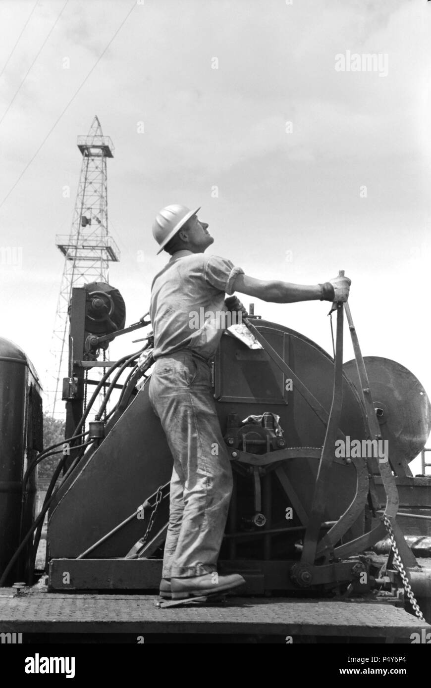 Winch Operator at Oil Well, Oklahoma City, Oklahoma, USA, Russell Lee, Farm Security Administration, August 1939 - Stock Image
