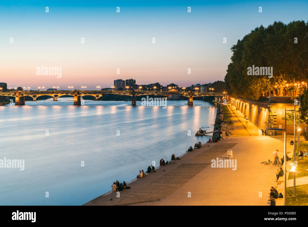 France, Haute-Garonne, Toulouse, Garonne River with Pont Saint Pierre and promenade in the evening light - Stock Image