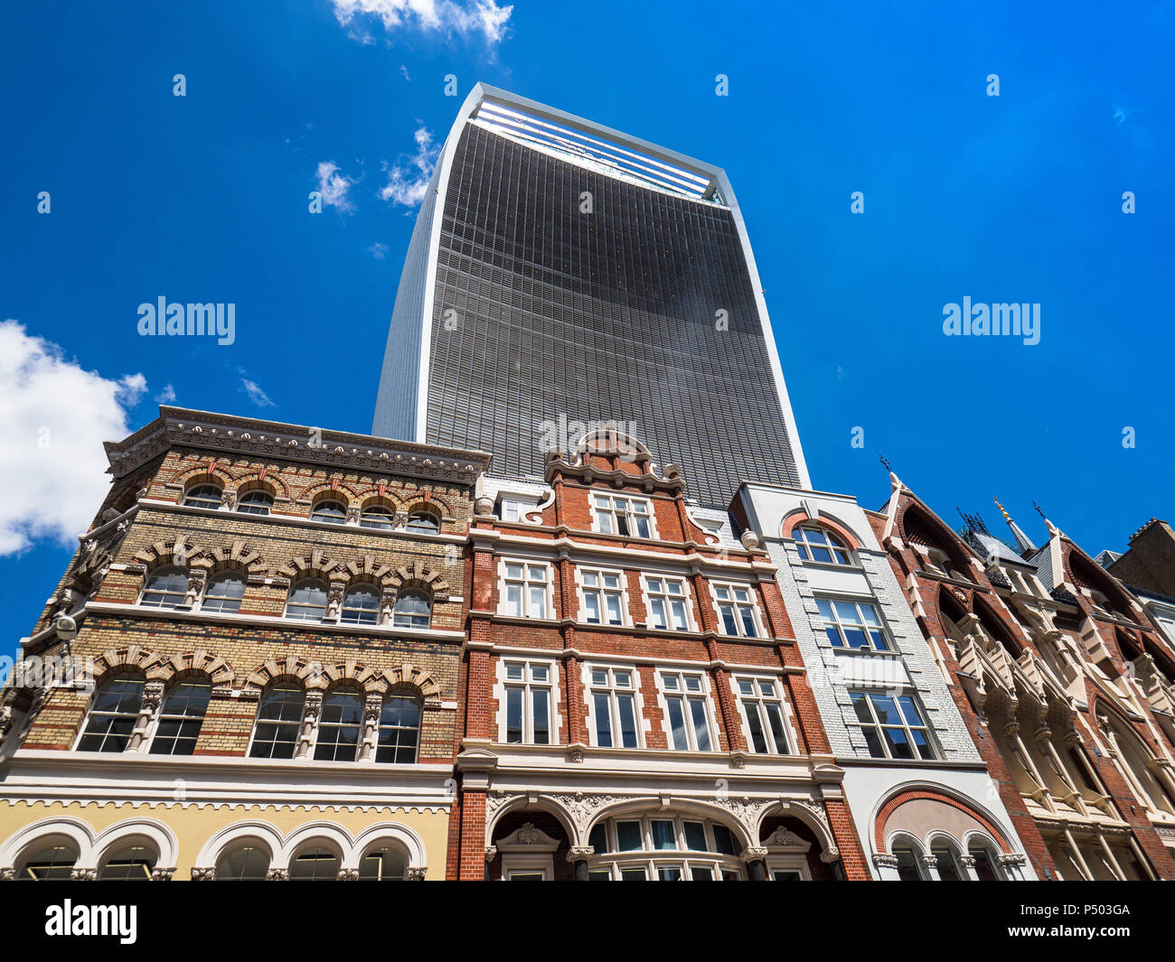 The Walkie Talkie London, 20 Fenchurch Street, architect Rafael Viñoly opened 2015, height 160m, looms over older style buildings on Eastcheap - Stock Image