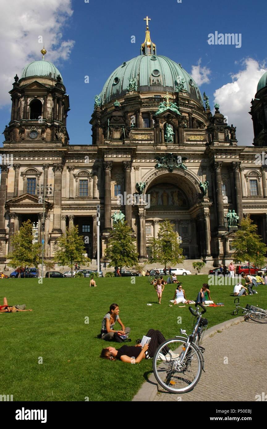 ALEMANIA. BERLIN. Catedral (Berliner Dom), erigida a finales del S. XIX por Guillermo II de Prusia y reconstruída tras la II Guerra Mundial. En primer término, gente en el césped del 'Lustgarten' (Jardín del Placer) . - Stock Image