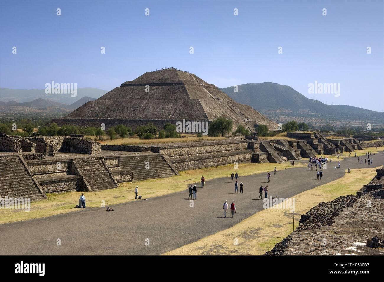 ARTE PRECOLOMBINO. MEXICO. SITIO ARQUEOLOGICO DE TEOTIHUACAN. Panorámica de la AVENIDA DE LOS MUERTOS eje central de la ciudad, con la PIRAMIDE DEL SOL. Declarado Patrimonio de la Humanidad por la UNESCO. - Stock Image