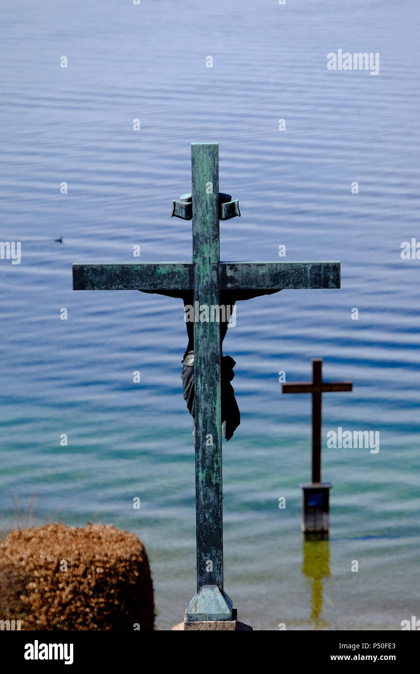 Memorial cross for King Ludwig II of Bavaria at the place of his death, Berg, Lake Starnberger See. - Stock Image