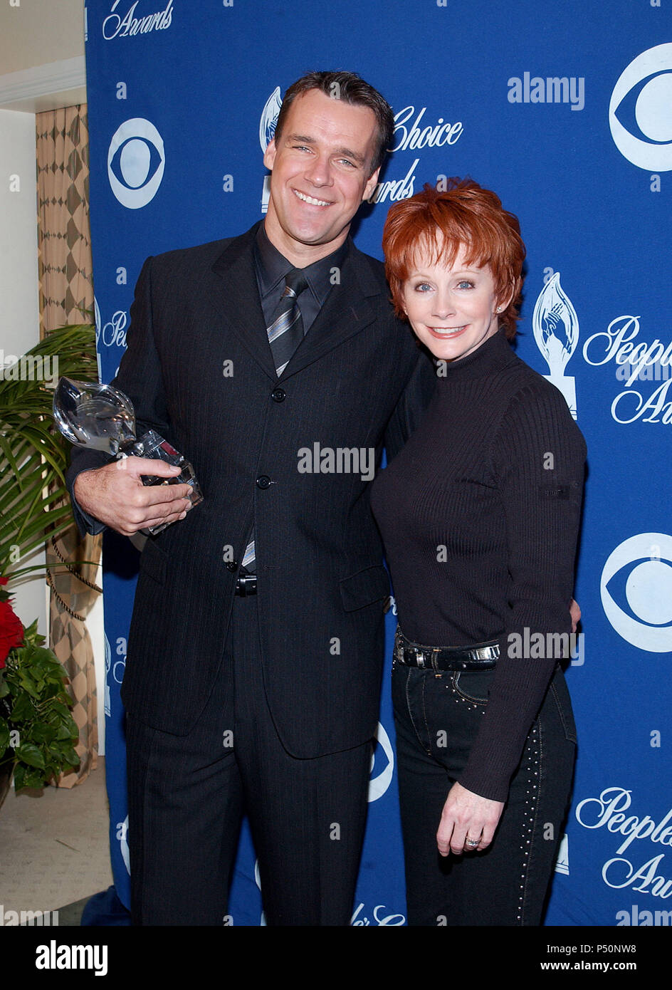 David James Elliott - JAG  -and Reba McEntire were presenting the nominees for the 28th People's  Choice Awards at the Beverly Hilton in Los Angeles. November 27, 2001.           -            ElliottDJ_McEntireReba01.jpgElliottDJ_McEntireReba01  Event in Hollywood Life - California, Red Carpet Event, USA, Film Industry, Celebrities, Photography, Bestof, Arts Culture and Entertainment, Topix Celebrities fashion, Best of, Hollywood Life, Event in Hollywood Life - California,  backstage trophy, Awards show, movie celebrities, TV celebrities, Music celebrities, Topix, Bestof, Arts Culture and Ente - Stock Image