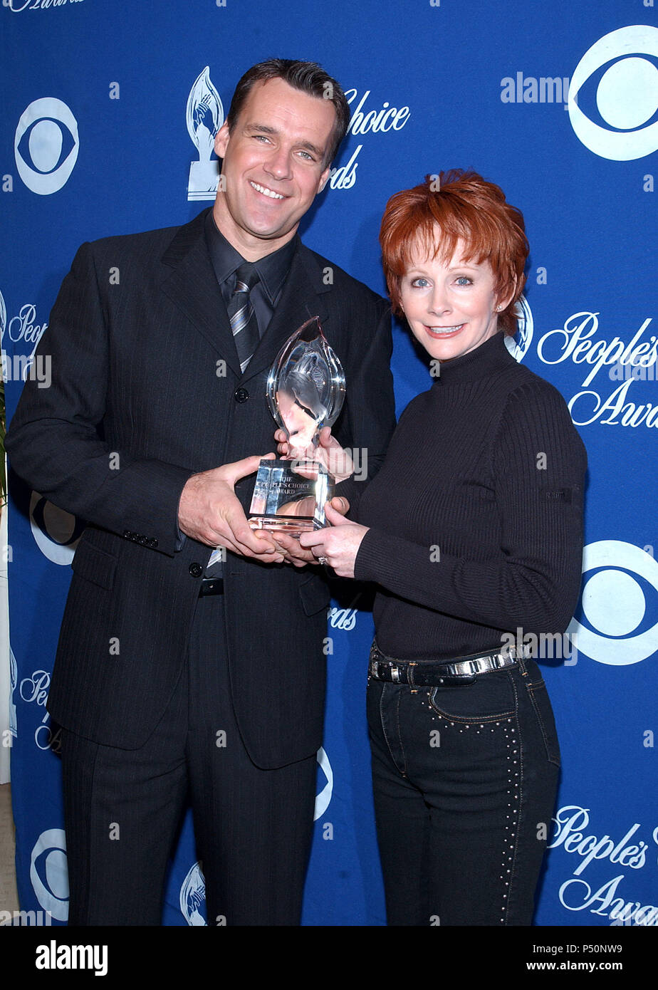 David James Elliott - JAG  -and Reba McEntire were presenting the nominees for the 28th People's  Choice Awards at the Beverly Hilton in Los Angeles. November 27, 2001.           -            ElliottDJ_McEntireReba02.jpgElliottDJ_McEntireReba02  Event in Hollywood Life - California, Red Carpet Event, USA, Film Industry, Celebrities, Photography, Bestof, Arts Culture and Entertainment, Topix Celebrities fashion, Best of, Hollywood Life, Event in Hollywood Life - California,  backstage trophy, Awards show, movie celebrities, TV celebrities, Music celebrities, Topix, Bestof, Arts Culture and Ente - Stock Image