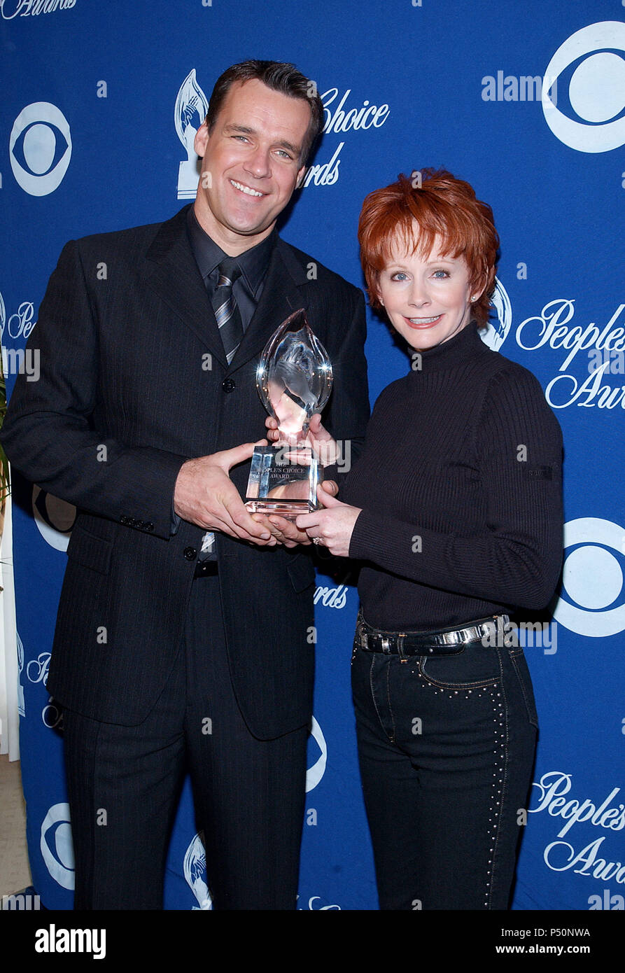 David James Elliott - JAG  -and Reba McEntire were presenting the nominees for the 28th People's  Choice Awards at the Beverly Hilton in Los Angeles. November 27, 2001.           -            ElliottDJ_McEntireReba03.jpgElliottDJ_McEntireReba03  Event in Hollywood Life - California, Red Carpet Event, USA, Film Industry, Celebrities, Photography, Bestof, Arts Culture and Entertainment, Topix Celebrities fashion, Best of, Hollywood Life, Event in Hollywood Life - California,  backstage trophy, Awards show, movie celebrities, TV celebrities, Music celebrities, Topix, Bestof, Arts Culture and Ente - Stock Image
