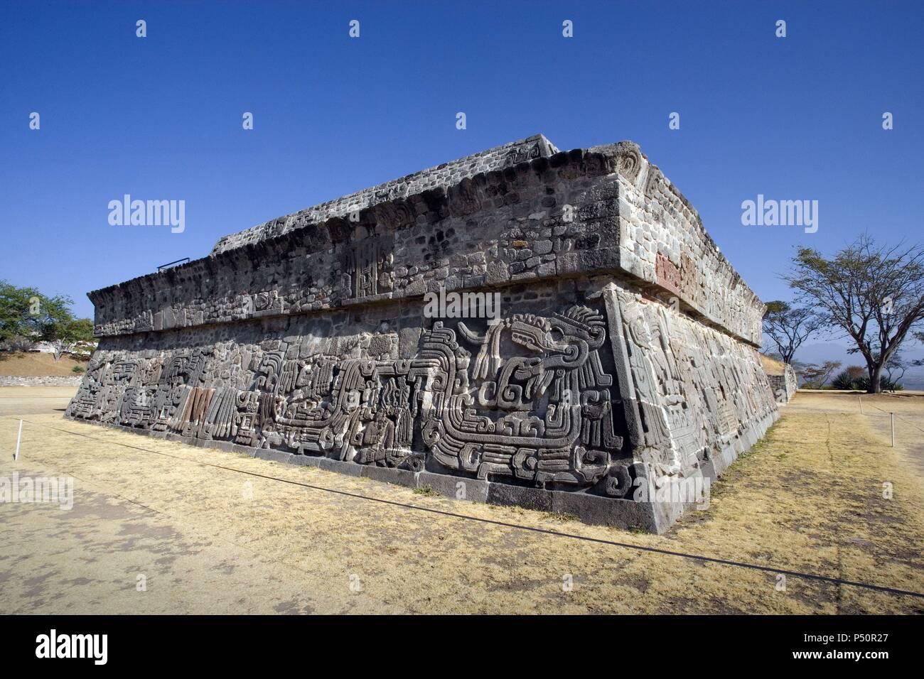 ARTE PRECOLOMBINO. MEXICO. TEMPLO DE QUETZALCOATL o DE LA SERPIENTE EMPLUMADA. Periodo Epiclásico (650-900). Vista parcial. SITIO ARQUEOLOGICO DE XOCHICALCO (Patrimonio de la Humanidad por la UNESCO). Cercanías de Cuernava. Estado de Morelos. - Stock Image