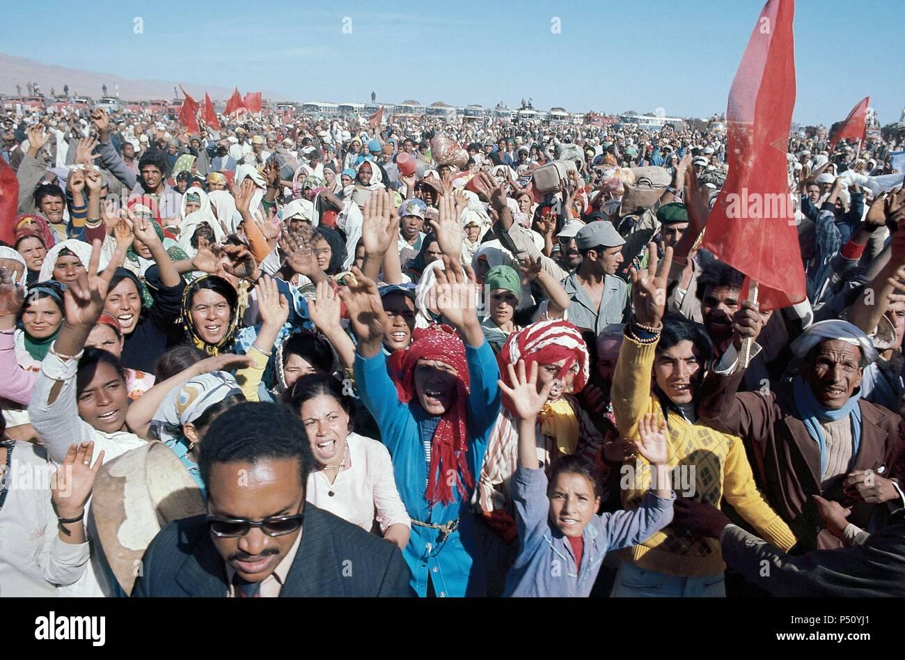 'MARCHA VERDE'. Organizada por el rey Hassan II de Marruecos, una gran multitud de marroquíes marcharon con el propósito de invadir el territorio del Sahara español (octubre de 1975) . - Stock Image