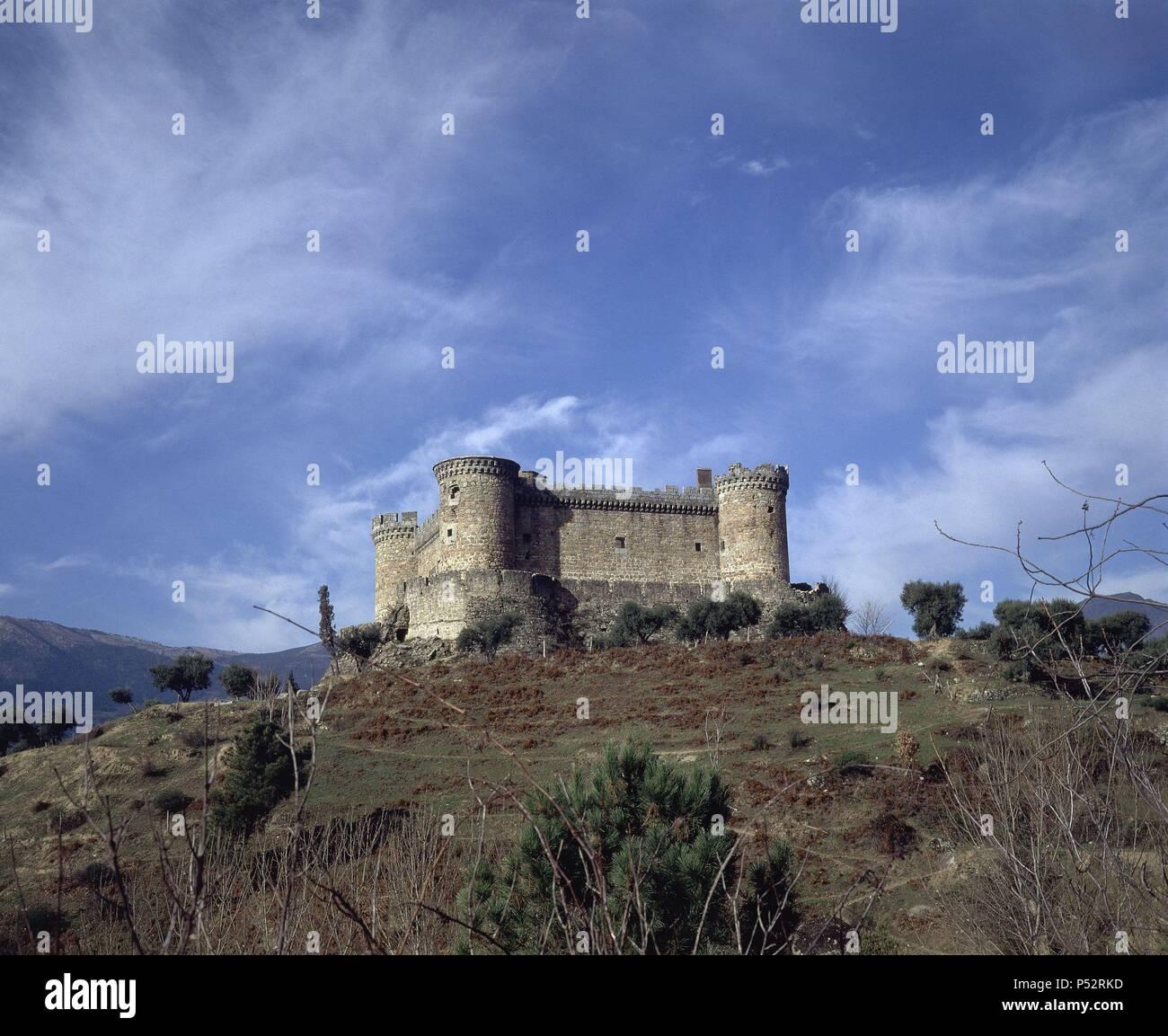 CASTILLO DE VALDECORNEJA EDIFICADO EN EL SIGLO XII Y RECONSTRUIDO EN EL SIGLO XIV. Location: CASTILLO DE VALDECORNEJA, AVILA, SPAIN. Stock Photo