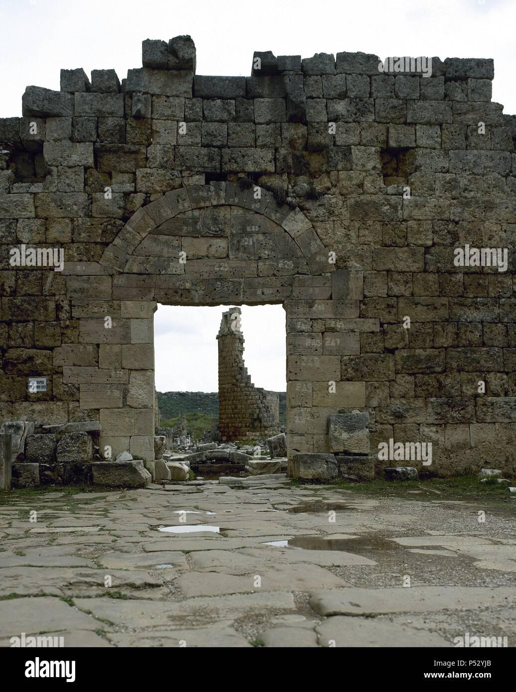 ARTE ROMANO. ASIA MENOR. TURQUIA. PERGE. Ciudad fundada hacia el 1.000 a.C. En el año 188 a.C. fue conquistada por los romanos, viviendo una época de gran esplendor. Vista general de la PUERTA ROMANA, erigida durante el reinado de Séptimo Severo. Tenía la fachada cubierta de mármol y estaba adornada con unos nichos con estatuas. (COSTA DE PANFILIA). Península Anatólica. Stock Photo