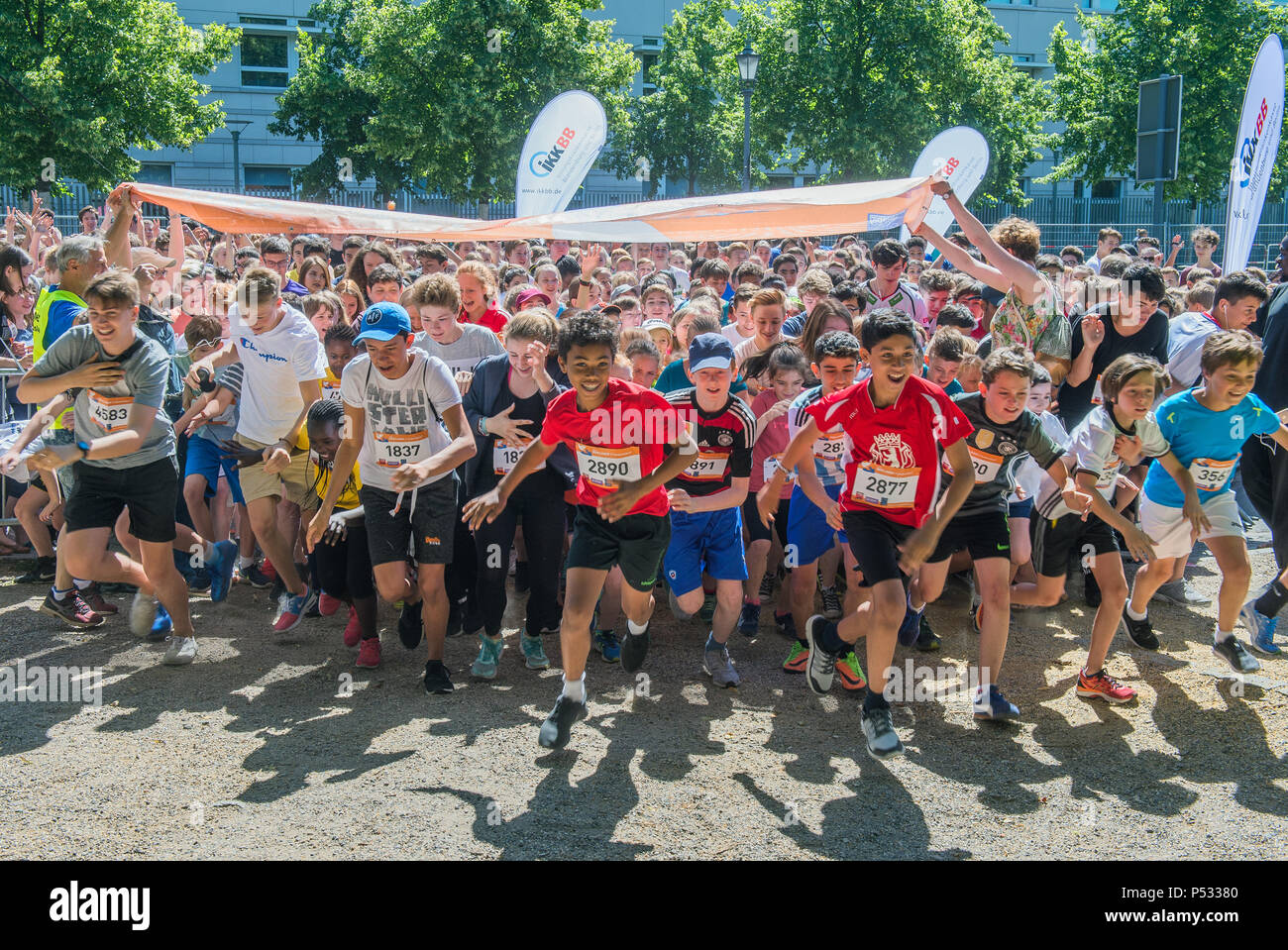 Schoolchildren at the opening of the Berlin Peace Run - Stock Image