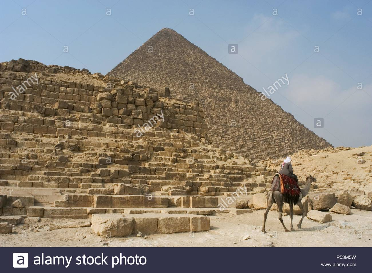 Egypt. Pyramid G1-b, one of the subsidiary pyramids of the Giza East Field of the Giza Necropolis located to the eastern side of the Great Pyramid of Giza or Pyramid of Khufu (at the background). Fourth dynasty of Egypt. Old Kingdom. Attributed to the queen Meritites I or to the Queen Noubet. - Stock Image