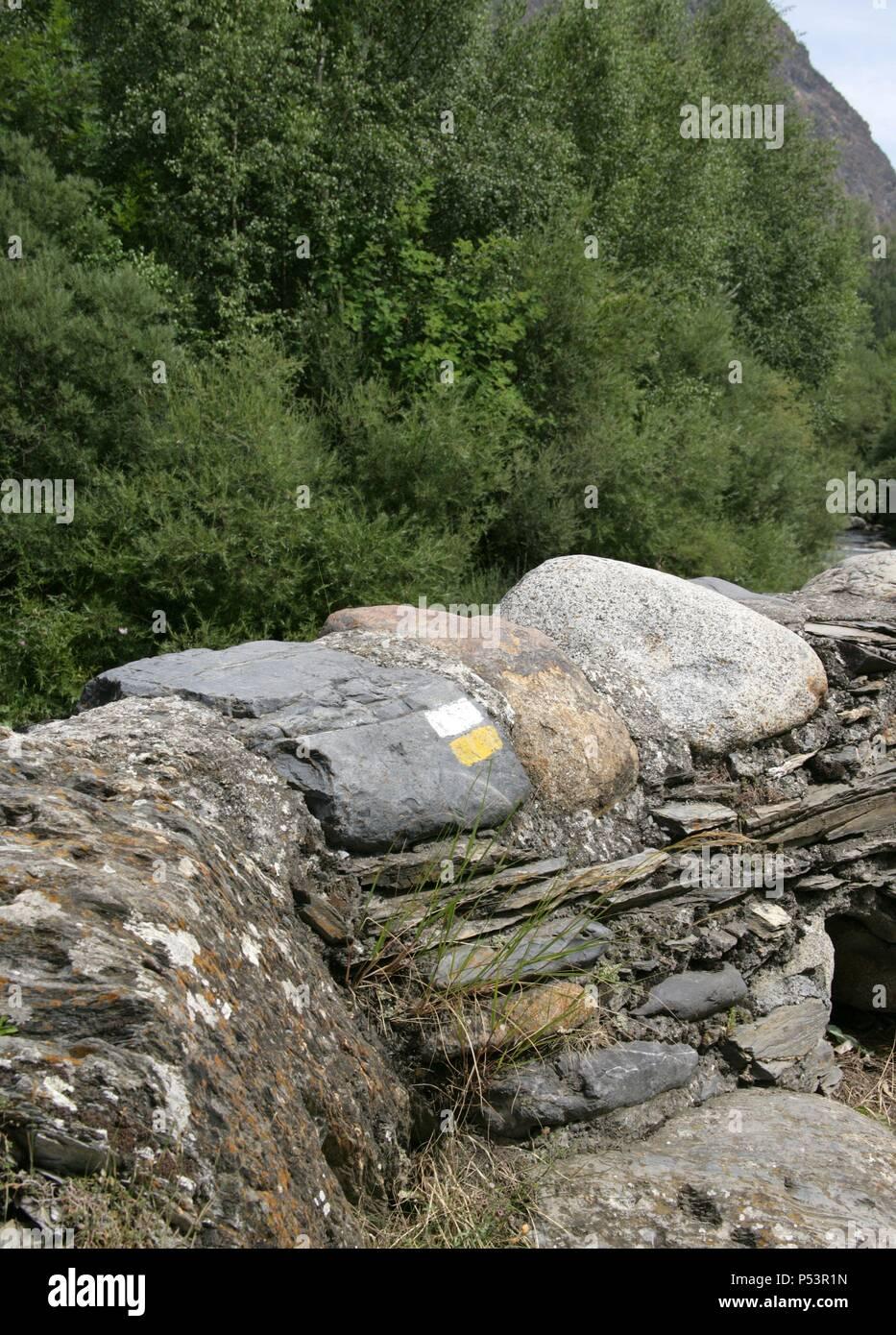SEÑALIZACION de un sendero pintada en unas piedras. Valle de ...