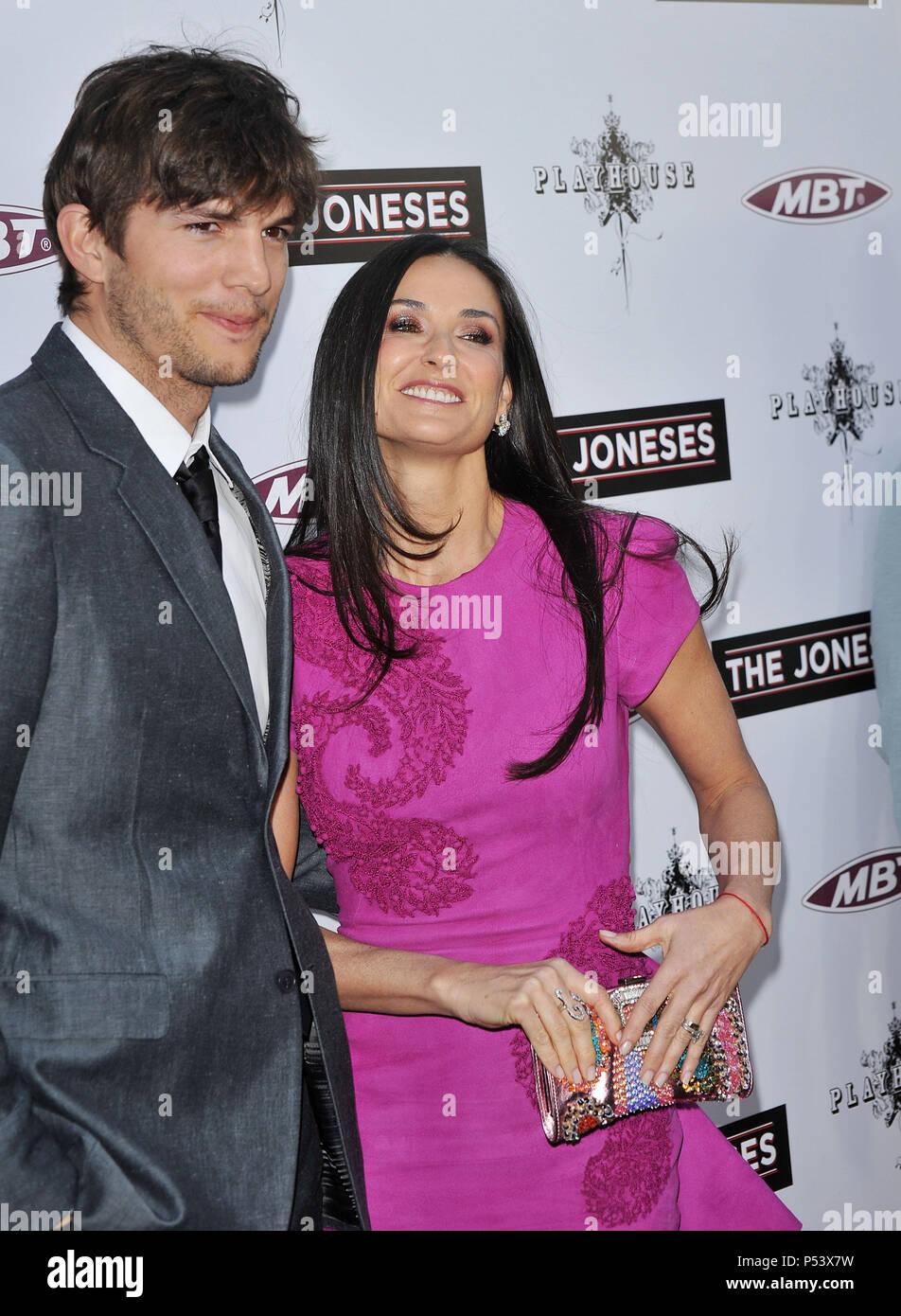 896278d5623e Ashton Kutcher   Demi Moore  32 - The Joneses Premiere at the Arclight  Theatre In Los