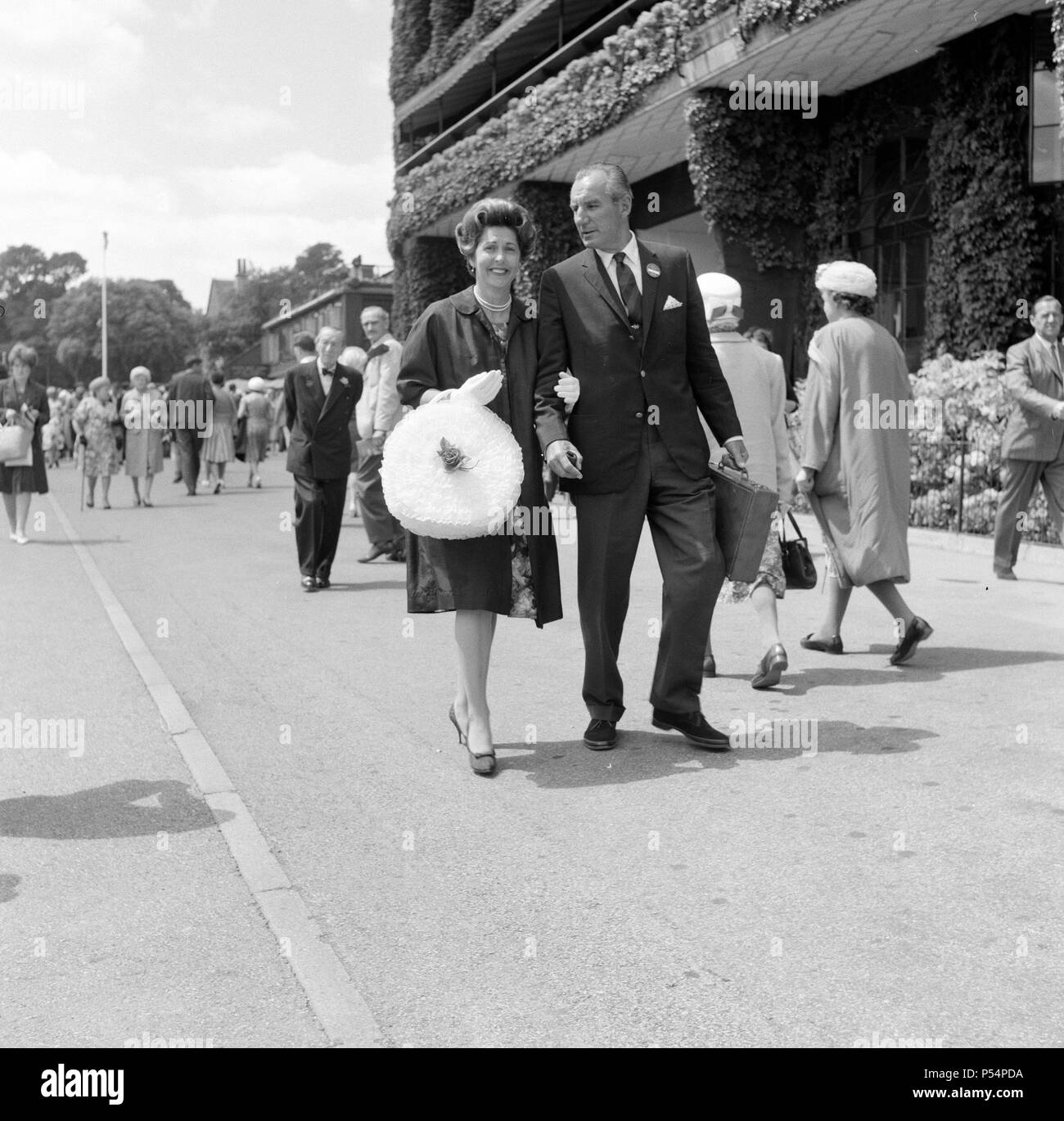 Fred Perry with his wife Barbara Riese at Wimbledon Tennis Championships.  Picture taken 27th June 1962 - Stock Image