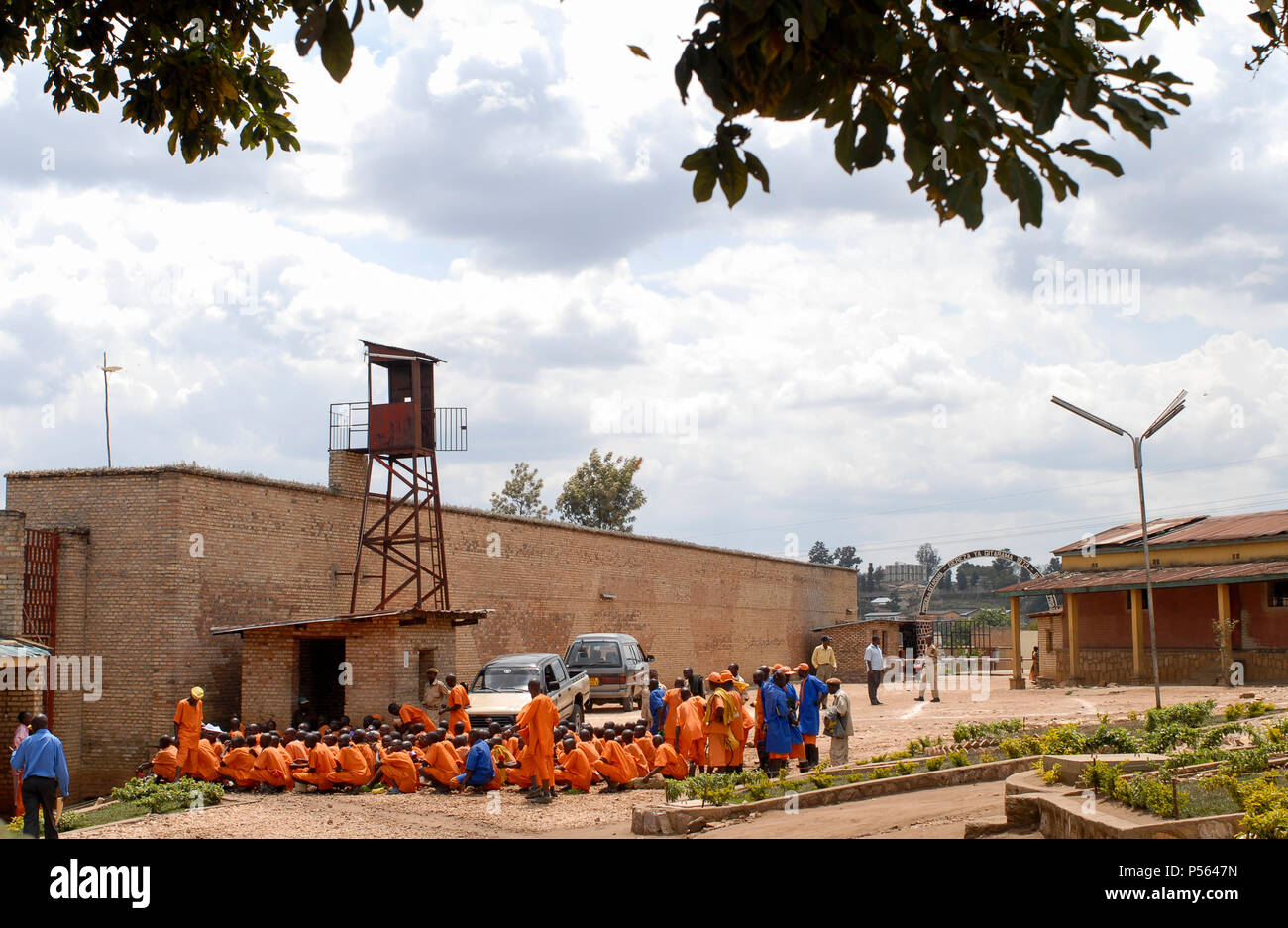 RWANDA, Gitarama , jail with 7500 prisoner , mostly for Hutu for genocide crimes , prisoner in orange clothes: already sentenced, pink clothes: waiting for accusation / RUANDA, Gitarama , Gefaengnis mit 7500 Haeftlingen , viele sind Hutu und wegen Genozid Verbrechen inhaftiert , Haeftlingskleidung orange: bereits verurteilt , rosa: warten auf Anklage - Stock Image