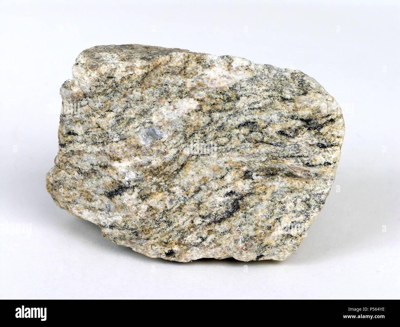 GNEISS (NEIS). Roca metamórfica compuesta de feldespato, cuarzo, feldespato y mica con textura esquistosa. - Stock Image