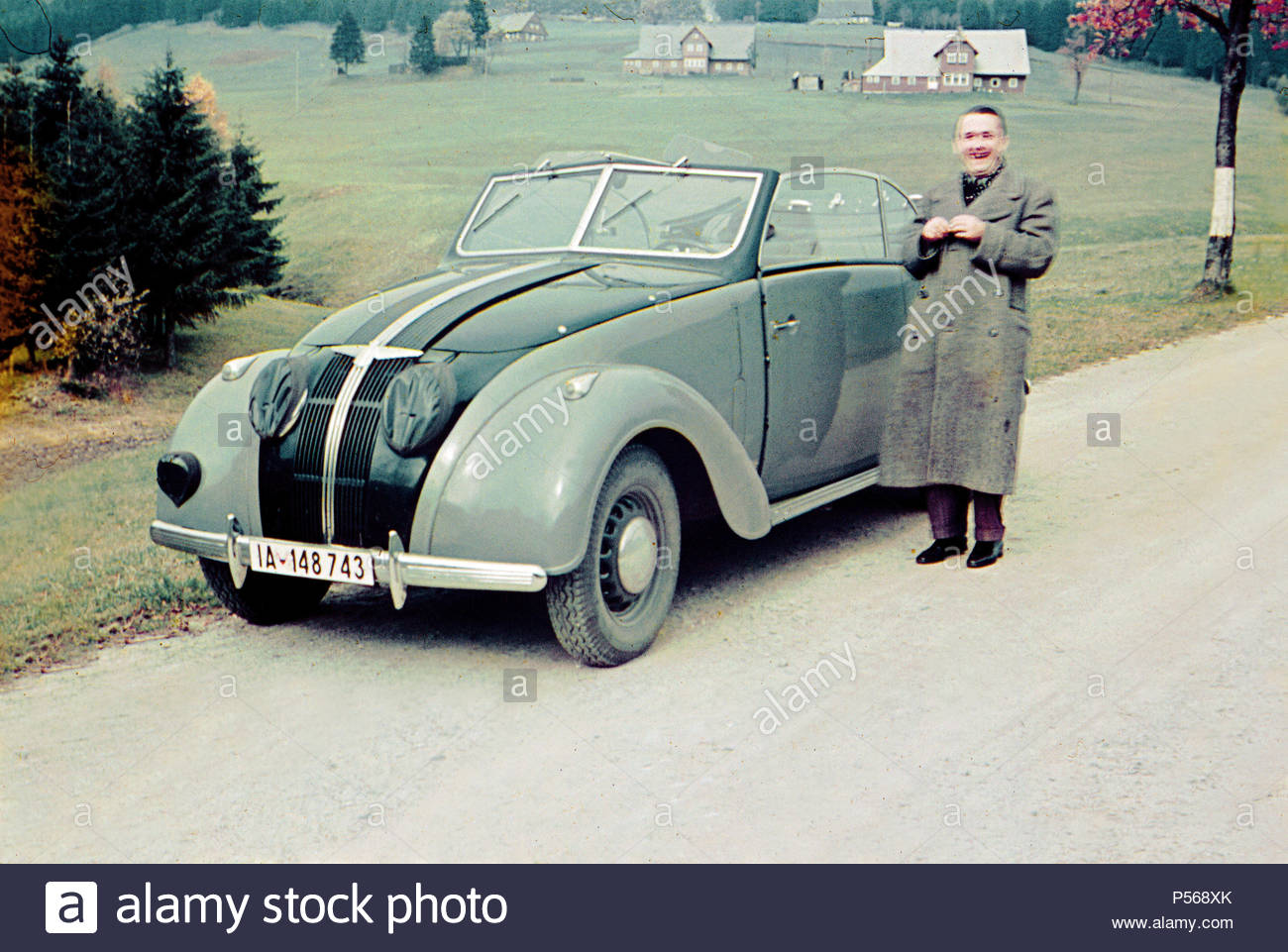 ADLER 2.5L CONVERTIBLE 1937. BERLIN FAMILY DOING HOLIDAY IN SUDETENLAND CZECHOSLOVAKIA 1939 - Stock Image