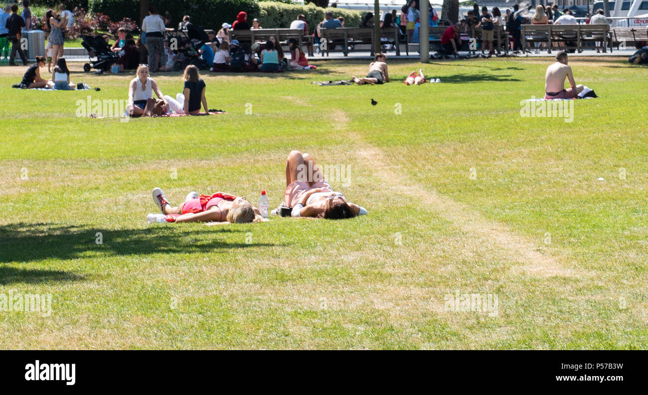 London, UK. 25th June 2018. UK Weather. Hot sun and sweltering heat in Central London. Credit: PQ Images/Alamy Stock Photo
